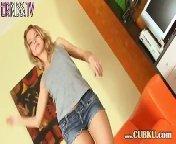 скачать порно на телефон - Молоденькая шлюшка в коротеньких, джинсовых шортиках ласкает себя на диване.