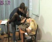 скачать порно на телефон - Развратная учительница соблазняет студента.