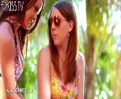 скачать порно на телефон - Милые красавицы развлекаются около бассейна