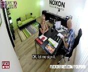 скачать порно на телефон - Громилла поставил блонду раком и овладел ею от души