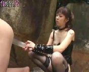 скачать порно на телефон - Азиатка отвела своего раба в горы и натянула его на толстый страпон.