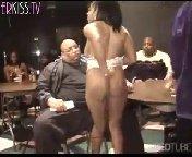 скачать порно на телефон - Сочная чернокожая танцовщица, исполнив перед группкой похотливых самцов чарующий волшебный стриптизик, охотно соглашается продолжить не�
