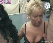 скачать порно на телефон - Кудрявой брюнетке залили лицо спермой