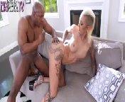 скачать порно на телефон - Жопастая Bella Bellz жестко трахается в анал с толстым членом негра