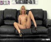 скачать порно на телефон - Милая блондиночка любит горячий секс на веб-камеру