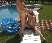 скачать порно на телефон - Дородная белокурая телочка вышла к бассейну не для того, чтобы позагорать или искупнуться, ее главная цель, соблазнить сексапильного брюне
